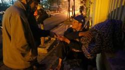 Báo NTNN tặng quà người vô gia cư đêm cuối năm