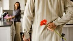 Chồng tặng hoa, vợ đem so sánh với... bịch bỉm