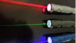 Chiếu laser mù mắt bạn, 4 học sinh bị bắt