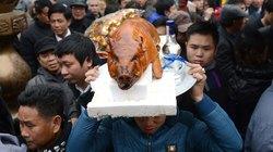 Người dân tấp nập dâng lễ trước giờ khai ấn Đền Trần