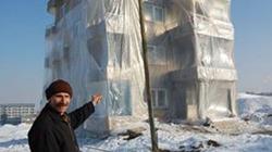 Bọc 3 tầng nhà bằng nylon để... chống rét