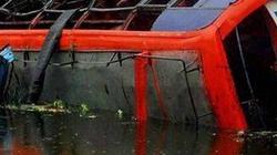 Xe buýt nhào xuống kênh, ít nhất 7 học sinh tử nạn