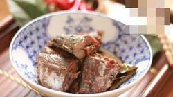Món cá kho với lá trà xanh thơm ngon, đậm vị