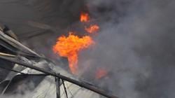 Cháy dữ dội tại nhà máy len nhuộm Hà Đông, khói mù trời