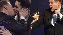 """MC nam gây sốc khi hôn """"ngọt"""" bạn đồng giới, tự đốt tay áo"""