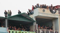 CĐV Thanh Hóa trèo lên mái nhà, bầu Đệ hứa cải tạo sân