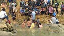 Chùm ảnh: Người dân vây kín dòng sông, nơi có gỗ sưa bạc tỷ