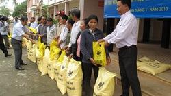 Báo NTNN hỗ trợ phân bón cho nông dân nghèo