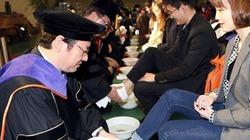 Hy hữu: Giảng viên rửa chân cho tân sinh viên