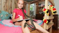 Cô bé 9 tuổi ăn ngủ với các loại... trăn