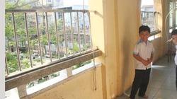 Đuổi theo ổ bánh mỳ, học sinh tiểu học lao từ tầng 2