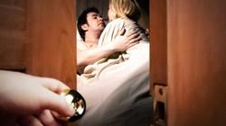 Đạp cửa khách sạn, thấy chồng ôm cô nhân viên xấu xí