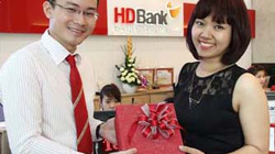 Khách hàng nữ của HDBank được tặng quà dịp 8.3