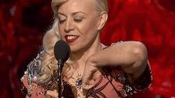 Nhà thiết kế vô tư thò tay chỉnh áo ngực trên sân khấu Oscar