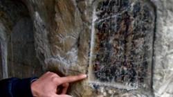 Khám phá hang động có 40 bia đá cổ khắc vào vách đá