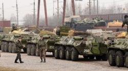 Đoàn xe bọc thép, xe tải chở binh lính Ukraina di chuyển về hướng Crimea