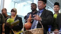 Cận cảnh pháp sư Malaysia dùng phương pháp tâm linh tìm máy bay mất tích