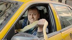 Lái xe taxi dùng trăn 'khủng' khiến khách khiếp vía