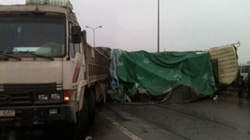 Hà Nội: Va chạm giữa hai xe tải, hàng tràn ra đường, ùn tắc 10km