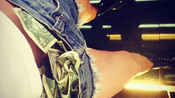 Miley Cyrus khoe ảnh... nhét tiền vào cạp quần