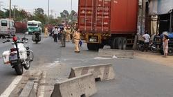 TPHCM: Xe container lao sập 3 nhà dân