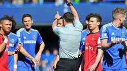 Chamberlain, Gibbs và trọng tài rút thẻ đỏ nhầm đều trắng án