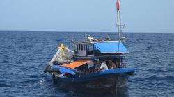 Tàu cá cùng 11 ngư dân bị khống chế bằng súng ở Trường Sa