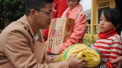 """Chương trình """"Chăn ấm ngày đông"""" đến với trẻ em Bát Xát-Lào Cai"""