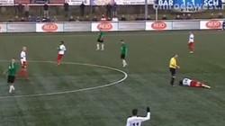 HY HỮU: Trọng tài thúc cầu thủ vỡ mũi ngay trên sân