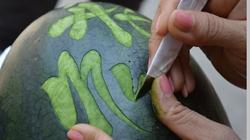 Cận cảnh khắc chữ thư pháp trên quả dưa ngày Tết