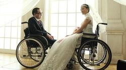 Xúc động với bộ ảnh cưới của đôi vợ chồng liệt nửa người