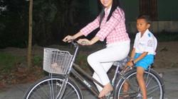 Lý Nhã Kỳ không hàng hiệu, đi chân trần đạp xe ở nông thôn