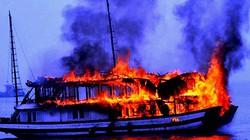Tàu ngủ đêm bốc cháy dữ dội trên vịnh Hạ Long