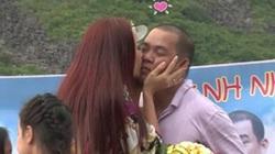 Vợ chồng Thúy Hạnh hôn nhau trước hơn 200 người