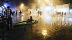 Thụy Điển: Nước nóng ngập đường gây tai nạn hy hữu