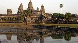 """Trục xuất hai nữ du khách Mỹ chụp ảnh """"nóng"""" tại đền Angkor"""