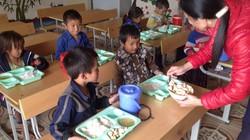 Hết lòng giúp trẻ vùng cao tới trường