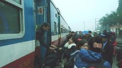 """""""Bao"""" cả đoàn tàu đưa công nhân về quê đón Tết"""