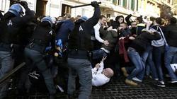 Cận cảnh vụ ẩu đả giữa CĐV Feyenoord với cảnh sát Roma
