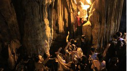 """Đi lễ chùa Hương, nhét tiền vào nhũ đá """"hối lộ"""" thánh thần"""
