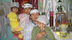 Người mẹ bệnh tật nuôi 3 con thơ dại