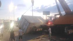 Thùng hàng container văng xuống xa lộ, giao thông kẹt cứng