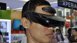 Dùng thử kính thực tế ảo Sony HMZ-T3 đang trưng bày tại TP.HCM