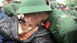 Bịn rịn tiễn tân binh lên đường nhập ngũ