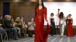 Nữ binh sĩ ly khai Ukraine xúng xính váy áo đọ sắc ngày 8.3