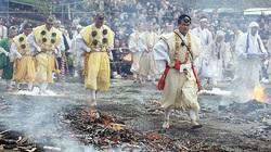 Nhật: Chân trần đi bộ trên lửa, than hồng để cầu may