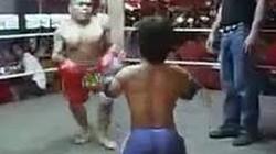 Clip: Trận đấu siêu hài của 2 võ sỹ người lùn