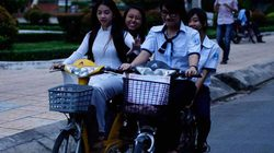 Học sinh bắt buộc đội mũ bảo hiểm khi đi xe đạp điện