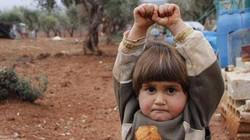 Ám ảnh em bé 4 tuổi Syria giơ tay đầu hàng máy ảnh