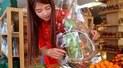 Atiso, dưa baby, cà chua tí hon, củ cải đỏ thay bánh kẹo lên giỏ quà Tết
